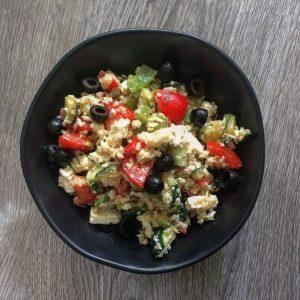 Dit is een Griekse rijstsalade met feta en olijven